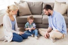 Glückliche Familie, die mit Spielzeugwindkraftanlage spielt Lizenzfreie Stockfotografie