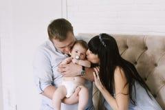 Glückliche Familie, die Mutter und Vati ` s aus Baby besteht Glückliche Familien-Verhältnisse Stockfotografie