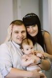Glückliche Familie, die Mutter und Vati ` s aus Baby besteht Glückliche Familien-Verhältnisse Lizenzfreie Stockfotos