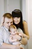 Glückliche Familie, die Mutter und Vati ` s aus Baby besteht Glückliche Familien-Verhältnisse Lizenzfreies Stockfoto
