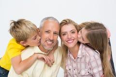 Glückliche Familie, die Neigung lächelt und zeigt Lizenzfreie Stockfotos