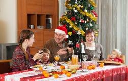 Glückliche Familie, die neues Jahr feiert Stockfoto