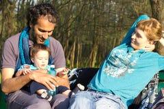 Glückliche Familie, die am Park sich entspannt Lizenzfreie Stockfotografie