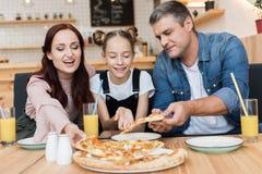 Glückliche Familie, die Pizza isst lizenzfreie stockfotografie