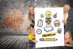 Glückliche Familie, die Plakat mit Innovationstext und -ikonen hält Lizenzfreie Stockbilder