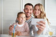Glückliche Familie, die selfie am Restaurant nimmt Lizenzfreie Stockfotos