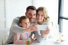 Glückliche Familie, die selfie am Restaurant nimmt Lizenzfreie Stockfotografie