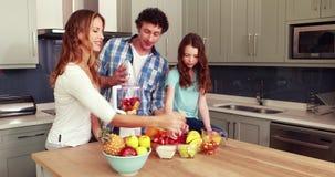 Glückliche Familie, die Smoothie macht stock video