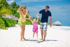 Glückliche Familie, die Spaß auf Malediven hat stockfoto