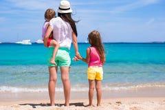 Glückliche Familie, die Spaß am exotischen Strand am sonnigen Tag hat Stockfotografie
