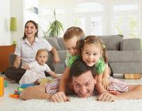 Glückliche Familie, die Spaß hat lizenzfreie stockfotos