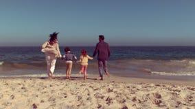 Glückliche Familie, die Spaß hat stock video footage