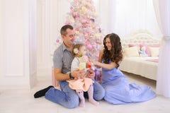 Glückliche Familie, die Spaß hat und zusammen im geräumigen bedroo lacht lizenzfreie stockfotografie