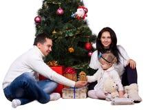 Glückliche Familie, die Spaß mit Weihnachtsgeschenken hat lizenzfreie stockfotos