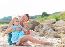 Glückliche Familie, die Spaß am Strand hat Stockbild