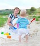 Glückliche Familie, die Spaß am Strand hat Stockfotografie