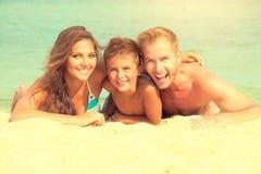 Glückliche Familie, die Spaß am Strand hat lizenzfreie stockfotos