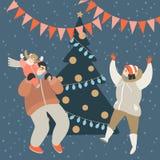 Glückliche Familie, die Spaß am Weihnachtsbaum hat stockbild