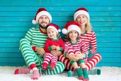 Glückliche Familie, die Spaß zur Weihnachtszeit hat lizenzfreie stockfotos