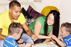 Glückliche Familie, die Spiele spielt Lizenzfreie Stockfotografie