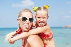 Glückliche Familie, die am Strand im Sommer stillsteht stockfotografie