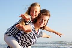 Glückliche Familie, die am Strand im Sommer stillsteht Lizenzfreie Stockfotos