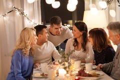 Glückliche Familie, die Teeparty zu Hause hat stockfotografie