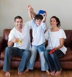 Glückliche Familie, die Videospiele spielt Stockfotos