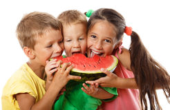 Glückliche Familie, die Wassermelone isst Stockfotos