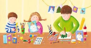 Glückliche Familie, die Weihnachtspostkarten macht Stockbild
