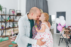 Glückliche Familie, die Zeit mit Haus verbringt Lizenzfreie Stockfotos