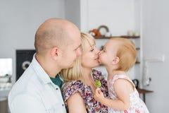 Glückliche Familie, die Zeit mit Haus verbringt Stockbilder