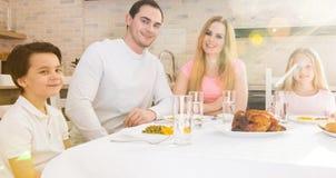 Glückliche Familie, die zu Abend isst stockfotos