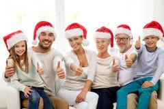 Glückliche Familie, die zu Hause auf Couch sitzt Lizenzfreies Stockbild