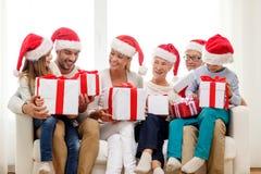 Glückliche Familie, die zu Hause auf Couch sitzt Lizenzfreie Stockbilder