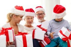 Glückliche Familie, die zu Hause auf Couch sitzt Lizenzfreie Stockfotos