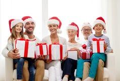 Glückliche Familie, die zu Hause auf Couch sitzt Lizenzfreies Stockfoto