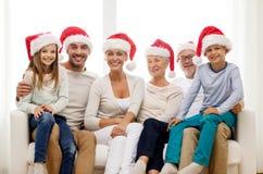 Glückliche Familie, die zu Hause auf Couch sitzt Stockbild