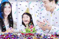 Glückliche Familie, die zu Hause einen Geburtstag feiert lizenzfreies stockfoto