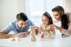 Glückliche Familie, die zu Hause jenga Spiel spielt Lizenzfreies Stockfoto