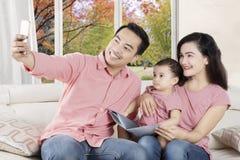 Glückliche Familie, die zu Hause selfie Foto macht Lizenzfreie Stockbilder