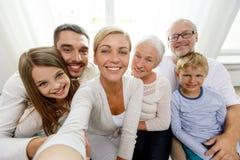Glückliche Familie, die zu Hause selfie macht stockfotografie