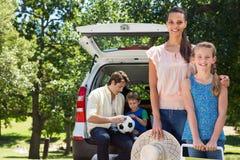 Glückliche Familie, die zur Autoreise fertig wird Lizenzfreies Stockbild