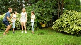 Glückliche Familie, die zusammen auf das Gras in einem Park mit schöner Natur tanzt 4K Kopieren Sie Platz Sehen Sie meine anderen stock footage