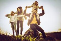 Glückliche Familie, die zusammen in der Natur spielt Stockbild