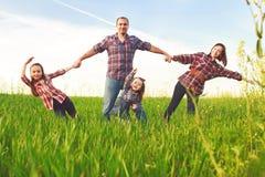 Glückliche Familie, die zusammen geht Lizenzfreie Stockfotografie