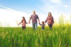 Glückliche Familie, die zusammen geht Lizenzfreies Stockbild