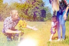 Glückliche Familie, die zusammen ihre Zeit verbringt lizenzfreie stockfotos