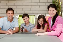 Glückliche Familie, die zusammen im Hinterhof sitzt Lizenzfreies Stockfoto