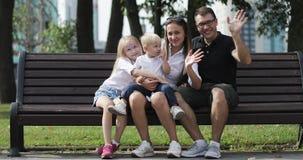Glückliche Familie, die zusammen im Park stillsteht stock video